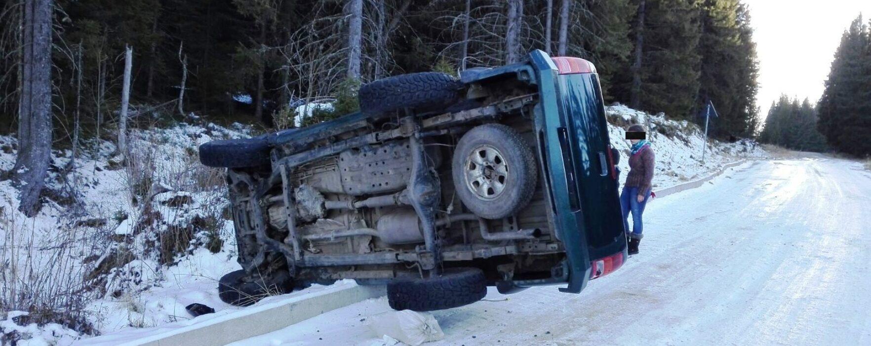 Dâmboviţa: Maşină răsturnată pe drumul din munte, în zona Padina, din cauza poleiului