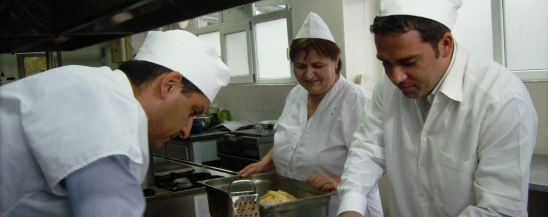 Primarul Târgoviştei a ajutat la pregătirea mâncării la cantina de ajutor social din municipiu