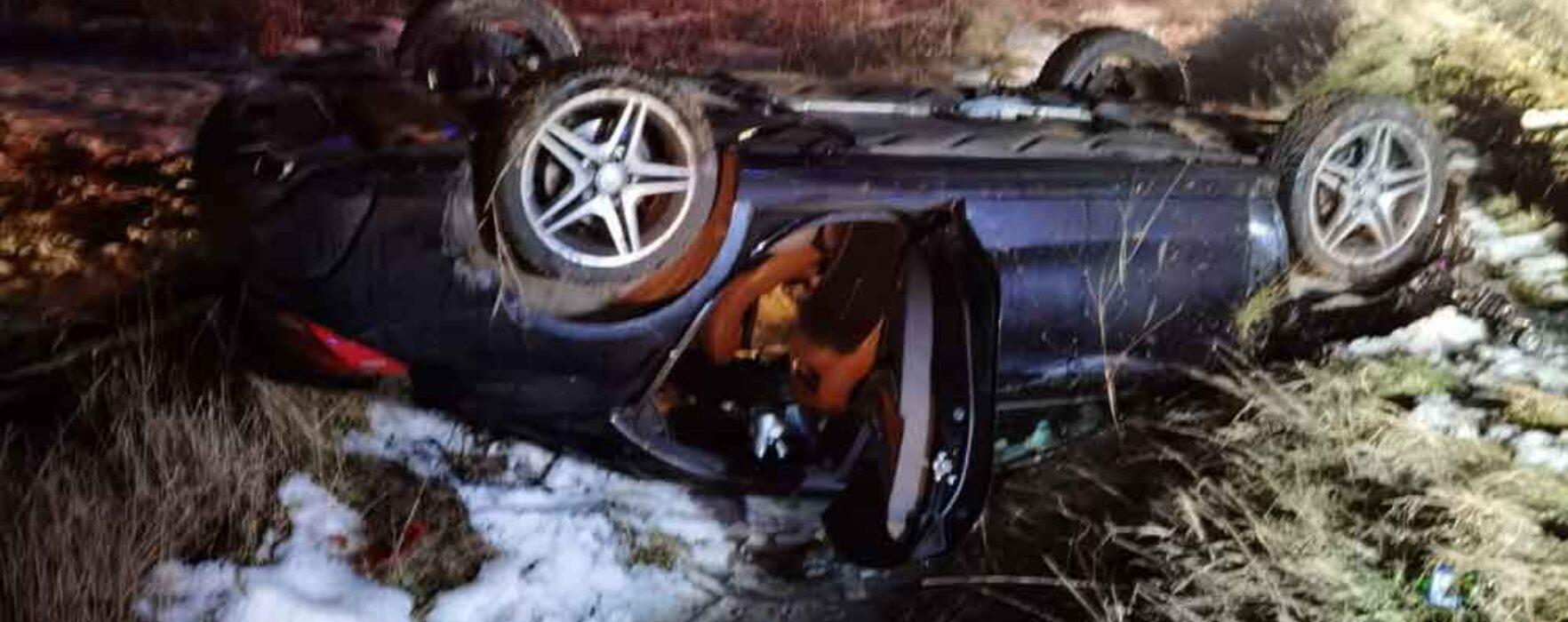 Dâmboviţa: Maşină răsturnată în afara părţii carosabile, după ce a derapat