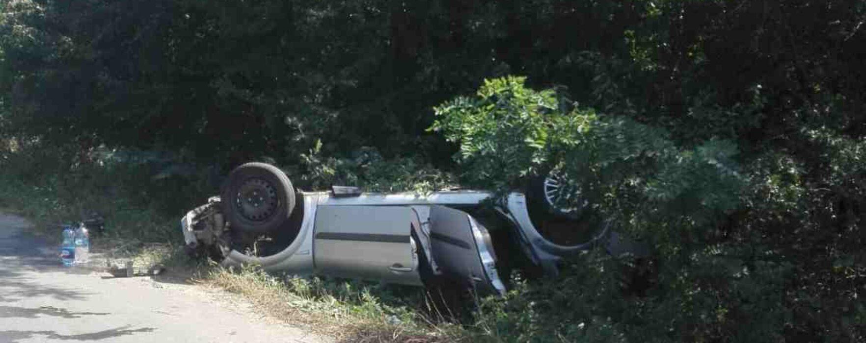 Dâmboviţa: Maşină răsturnată în şanţ la Bolovani din cauza neatenţiei şoferului; un copil de 8 ani este în comă