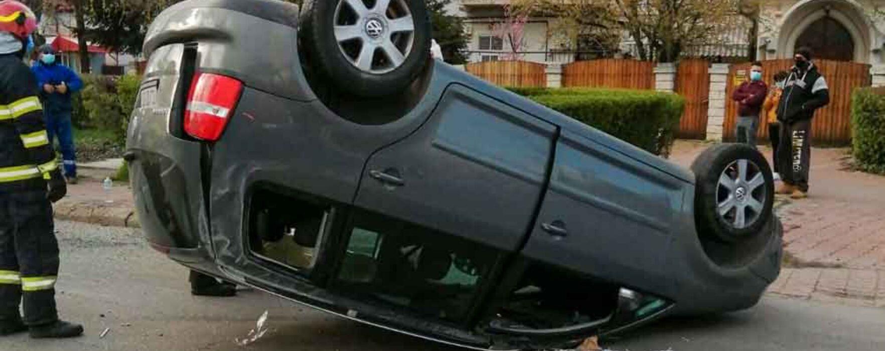 Târgovişte: Accident spectaculos lângă Camera de Comerţ, o maşină s-a răsturnat