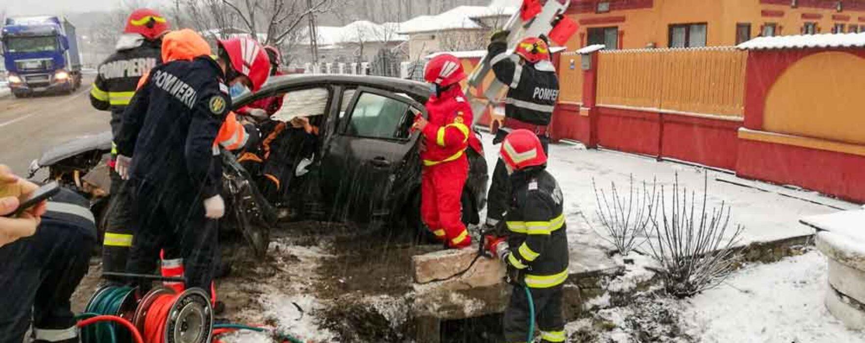 Dâmboviţa: Accident pe DN 72, maşină ieşită de pe carosabil