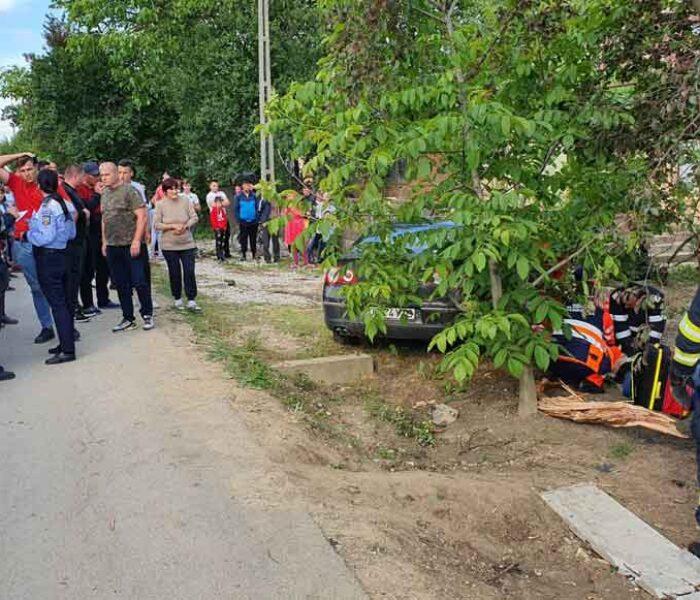 Dâmboviţa: O maşină a derapat în curbă, a intrat într-o curte şi a omorât o femeie de 85 de ani