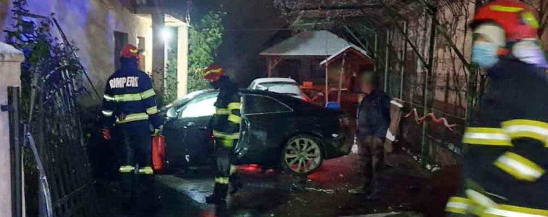 Dâmboviţa: Accident în Nucet, o maşină a ieşit de pe carosabil şi a intrat prin porţi în curtea unei case
