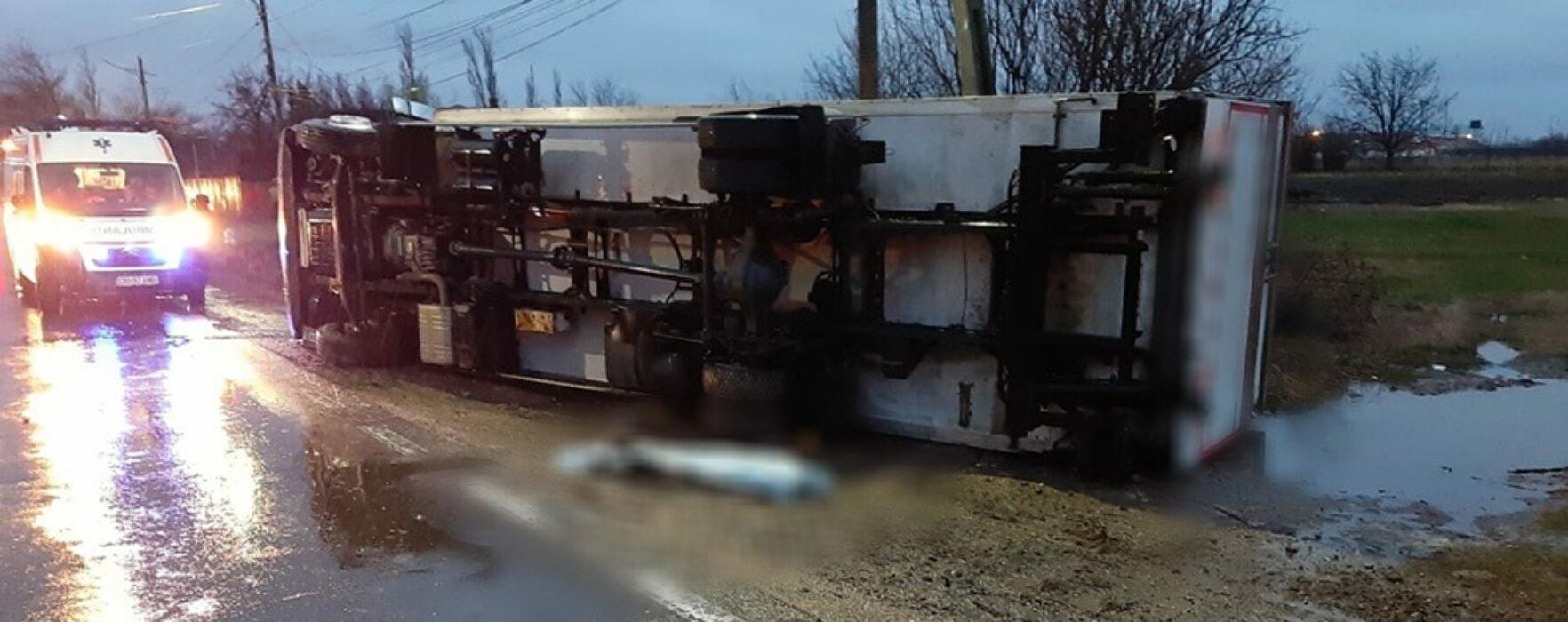 Dâmboviţa: Un TIR a accidentat mortal un pieton, când a fost ridicat autovehiculul a mai fost găsită o persoană decedată