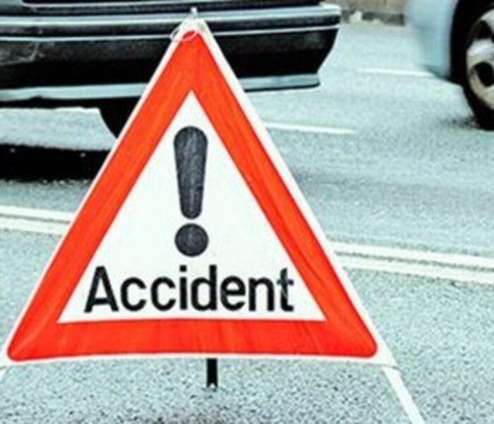 TIR încărcat cu componente auto, răsturnat în localitatea Nisipuri