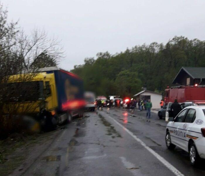 Dâmboviţa: Coliziune între un TIR şi un microbuz cu şase pasageri pe DN 1A; o persoană este încarcerată