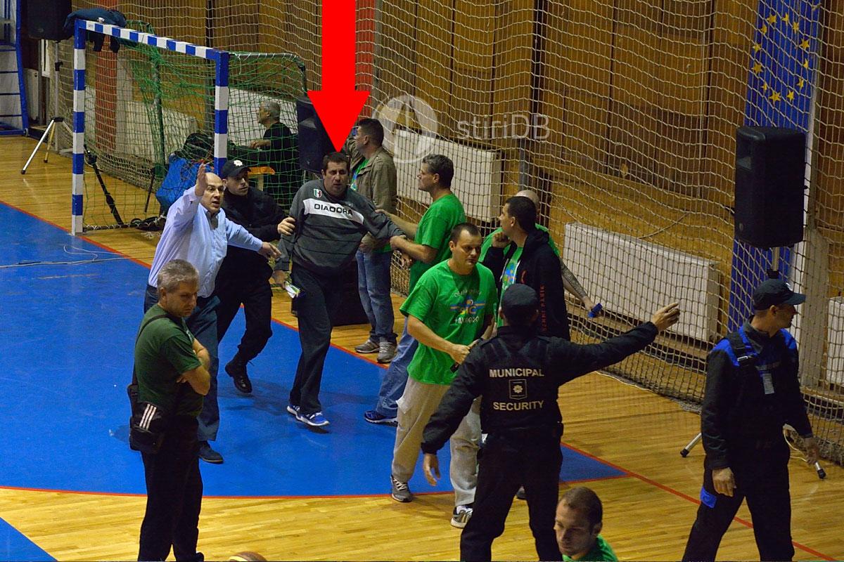 Suporterul Sepsi Sf. Gheorghe, codus în tribune de forțele de ordine si oficiali.