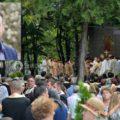 Consilier al primarului Târgoviştei se plânge de 'ostilităţile cu ocazia Saint Nifon' şi de ciuntirea copacilor pentru amplasarea scenei