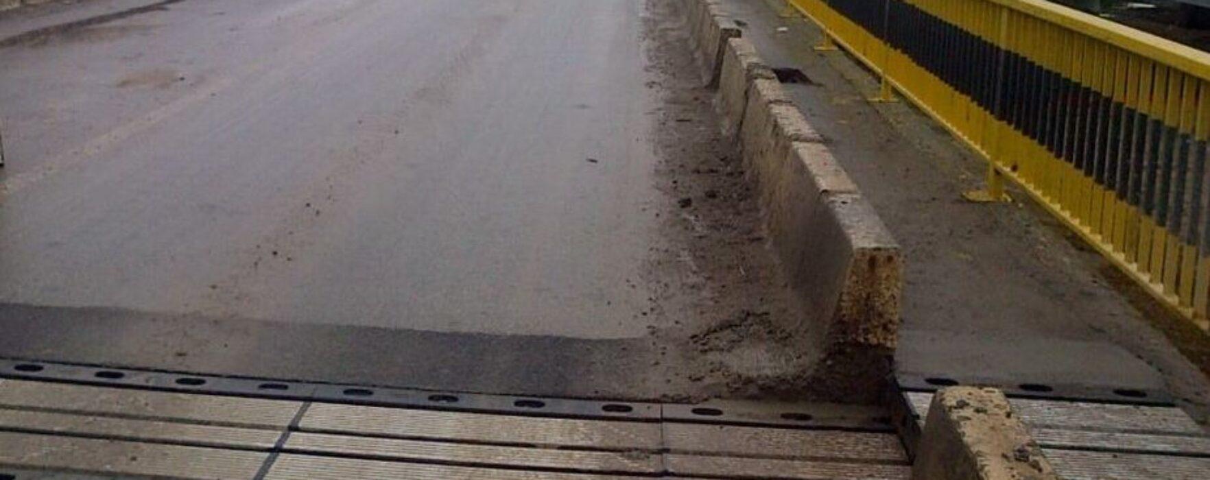 Podul peste Bizdidel, de la Pucioasa, în pericol de prăbuşire