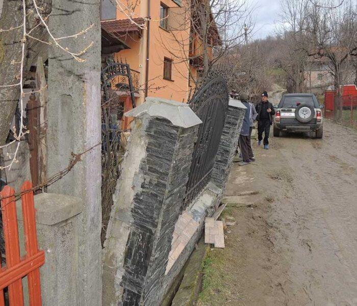 Dâmboviţa: Trei familii, evacuate din cauza unei alunecări de teren de la Văleni Dâmboviţa