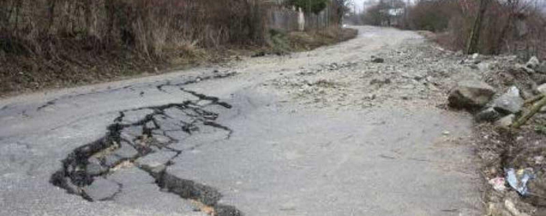 Dâmboviţa: Mai multe drumuri judeţene şi comunale afectate de alunecări de teren, un sat riscă să rămână izolat
