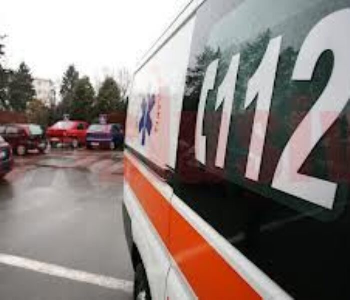 Dâmboviţa: Ambulanţă implicată într-un accident pe DN 71, două persoane rănite