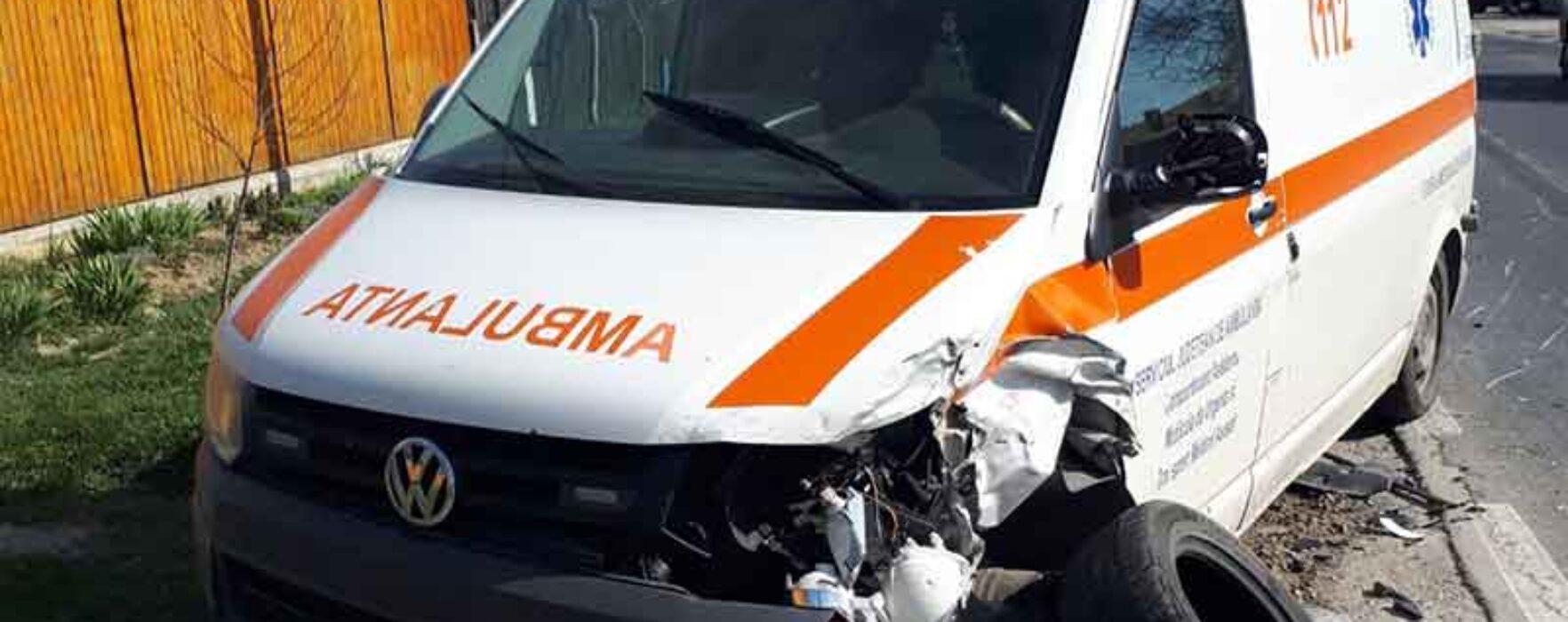 Dâmboviţa: Ambulanţă lovită în trafic de o maşină condusă de o femeie care a pierdut controlul volanului