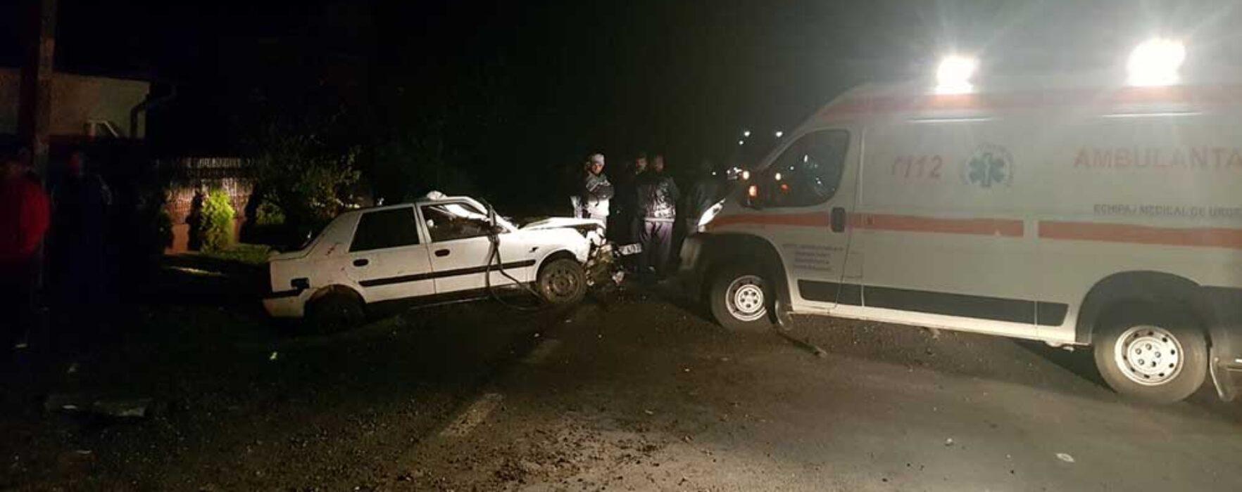 Dâmboviţa: Ambulanţă lovită de în trafic de o maşină care a intrat pe contrasens