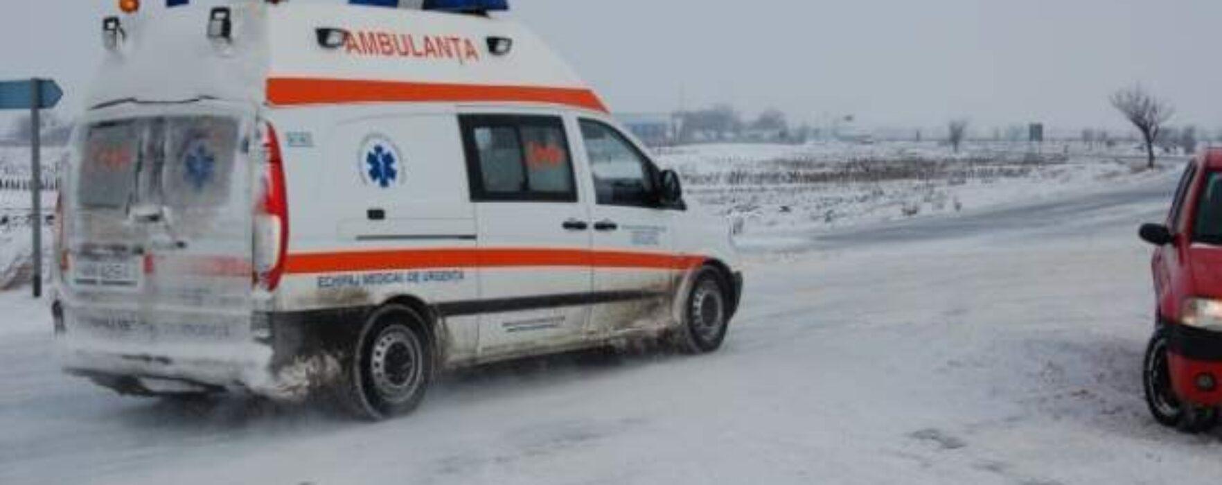 Ambulanţă înzăpezită pe DJ 722 în zona localităţii Ghineşti