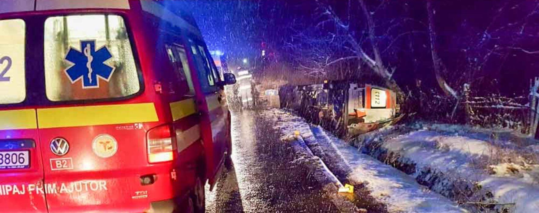 Dâmboviţa: O ambulanţă care transporta o gravidă de 16 ani s-a răsturnat pe DN71