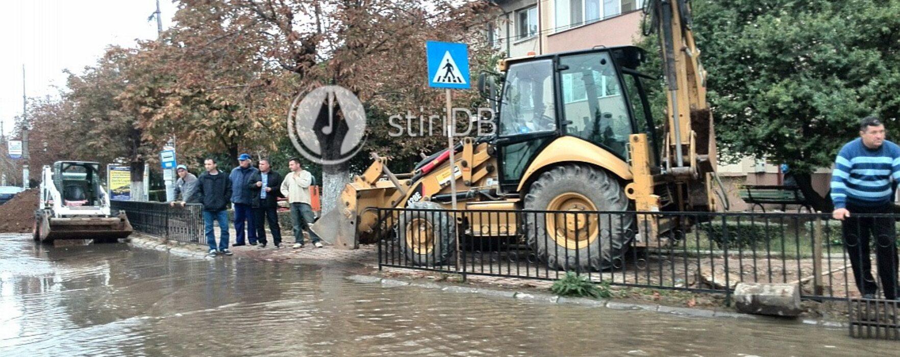 Târgovişte: Sens giratoriu, inundat din cauza unei conducte de apă sparte (video)