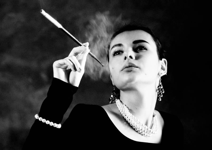 audrey-hepburn-fumat