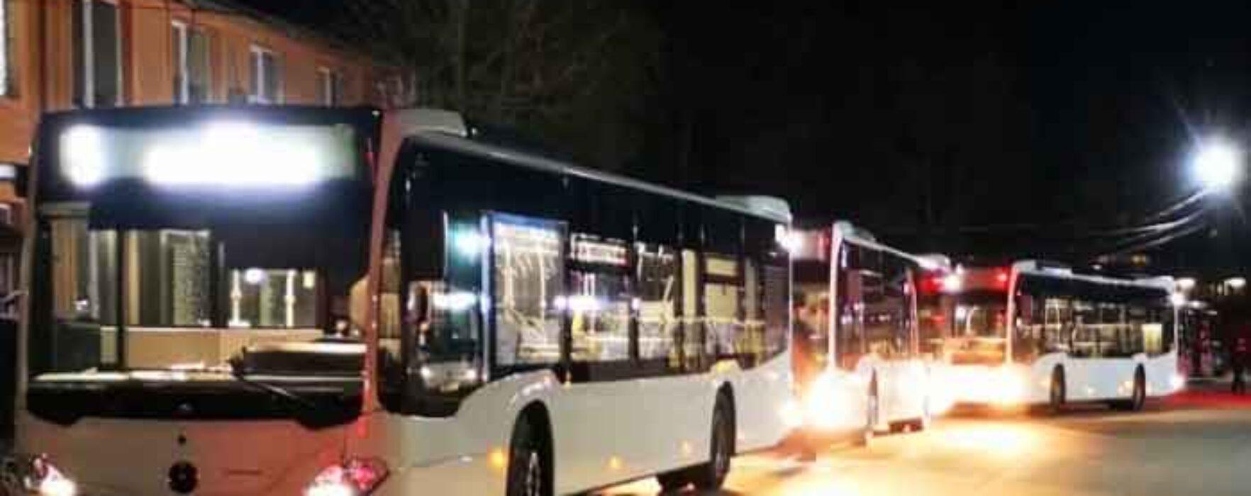 Dâmboviţa: Un tânăr a atacat cu o sabie un autobuz de transport public, a spart un geam, dar nu a rănit pe nimeni
