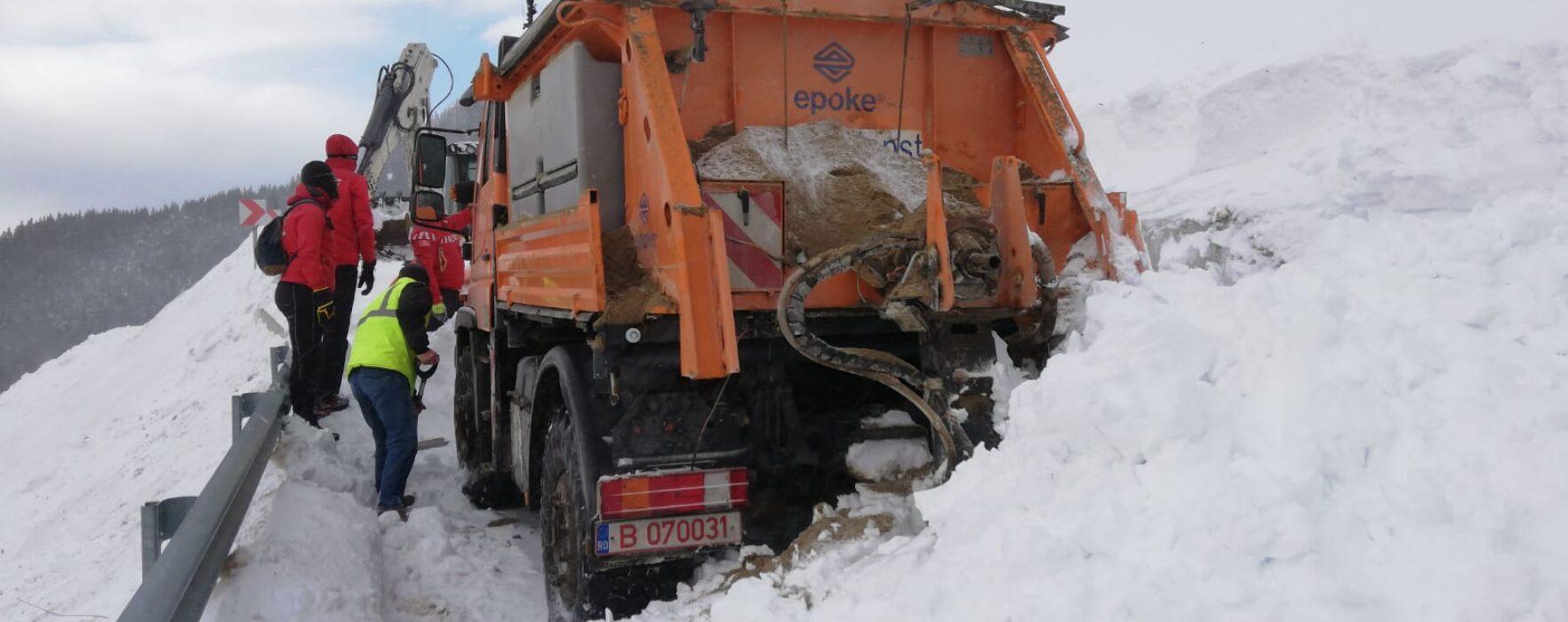 Dâmboviţa: Avalanşa din zona Dichiu a prins un utilaj, şoferul s-a salvat fugind