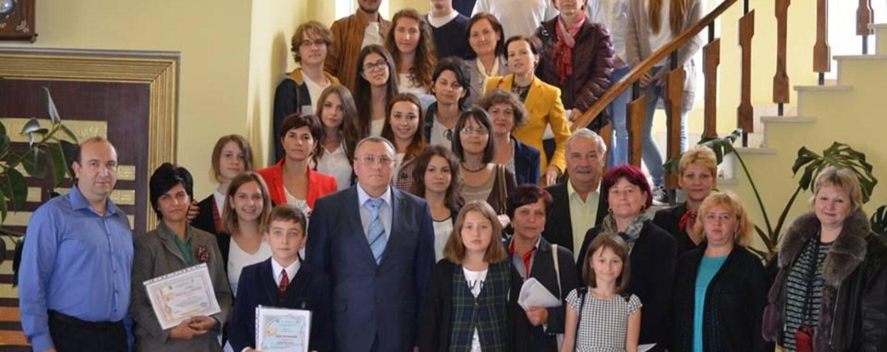 Elevi şi cadre didactice, premiaţi de Primăria Pucioasa de Ziua Mondială a Educaţiei