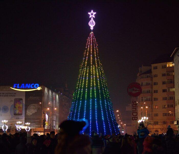 Târgovişte: Luminile din pomul de Crăciun de pe platoul Prefecturii vor fi aprinse pe 5 decembrie