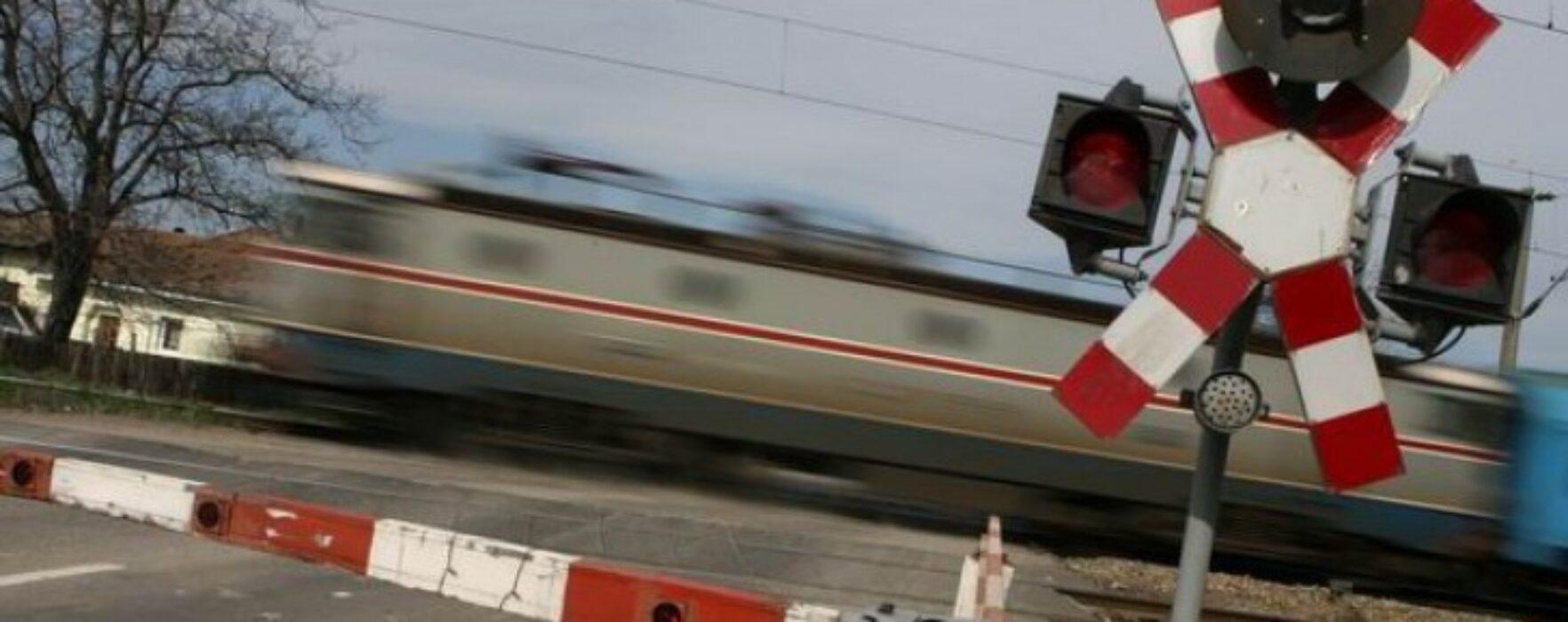 Maşină lovită de tren la Bâldana, două persoane rănite