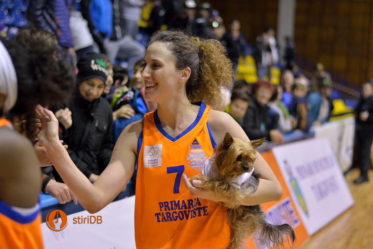 Andreea Olah salută suporterii CSM Târgoviște la finalul partidei