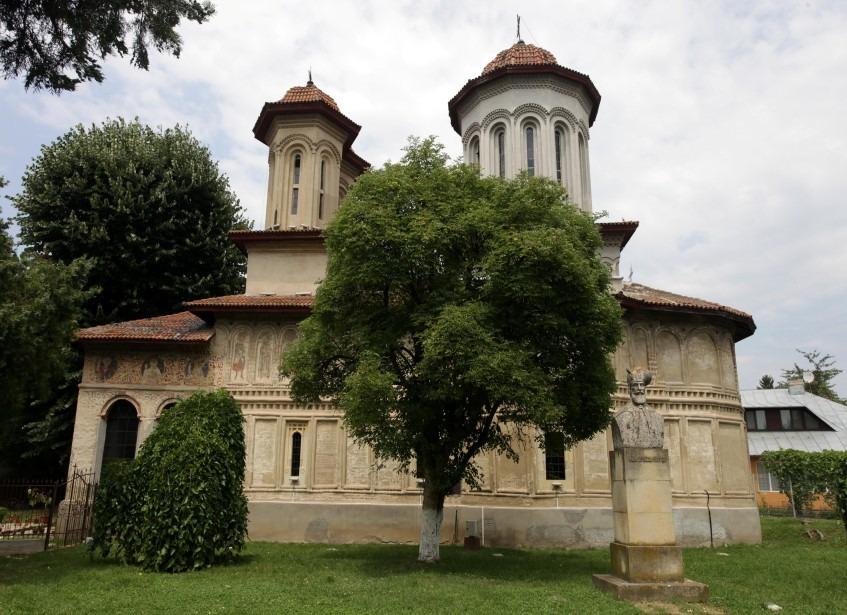 biserica-targului-exterior