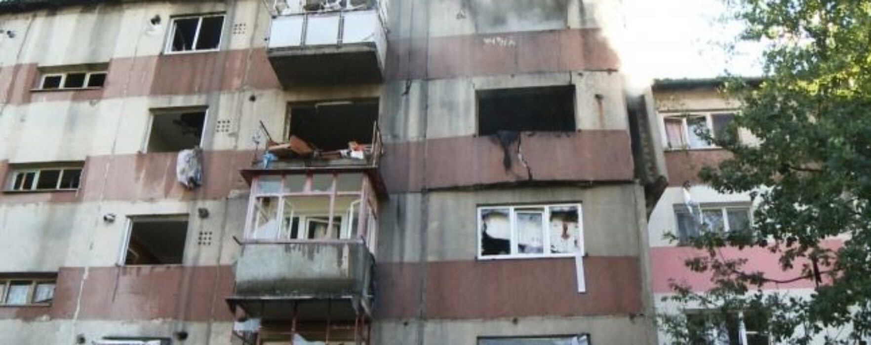 Locuitorii blocului din Fieni afectat de explozie, cazaţi în sala de sport