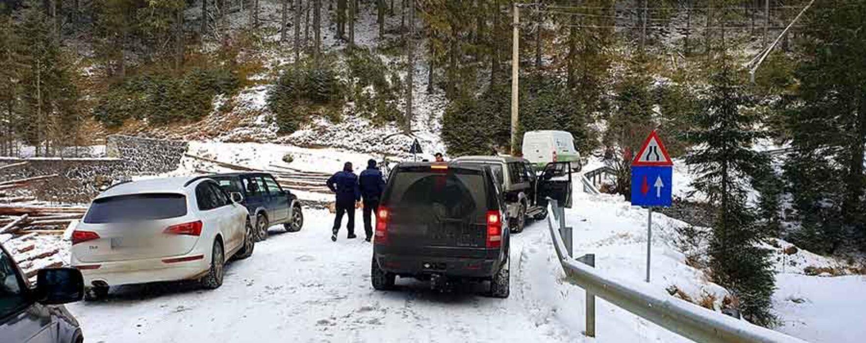 Dâmboviţa: Turişti rămaşi blocaţi cu maşinile în zona montană, ajutaţi de jandarmi, poliţişti şi salvamontişti