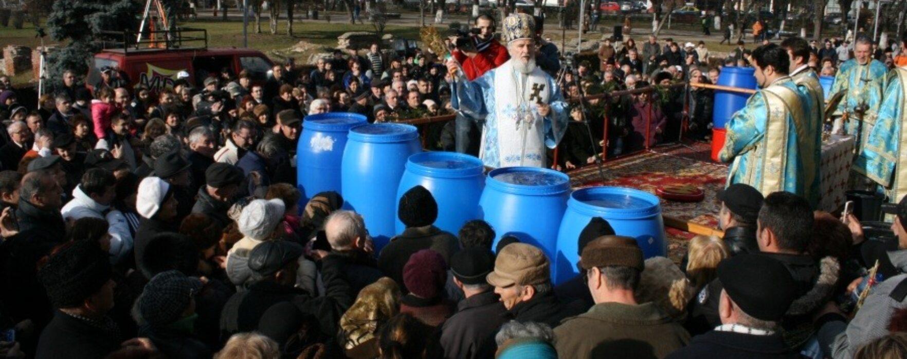 Credincioşii sunt aşteptaţi, marţi, la Mitropolia Târgovişte să ia aghiasma mare