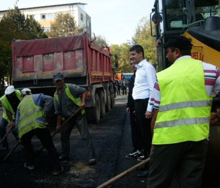 Lucrări de asfaltare în Aleea Trandafirilor din Târgovişte