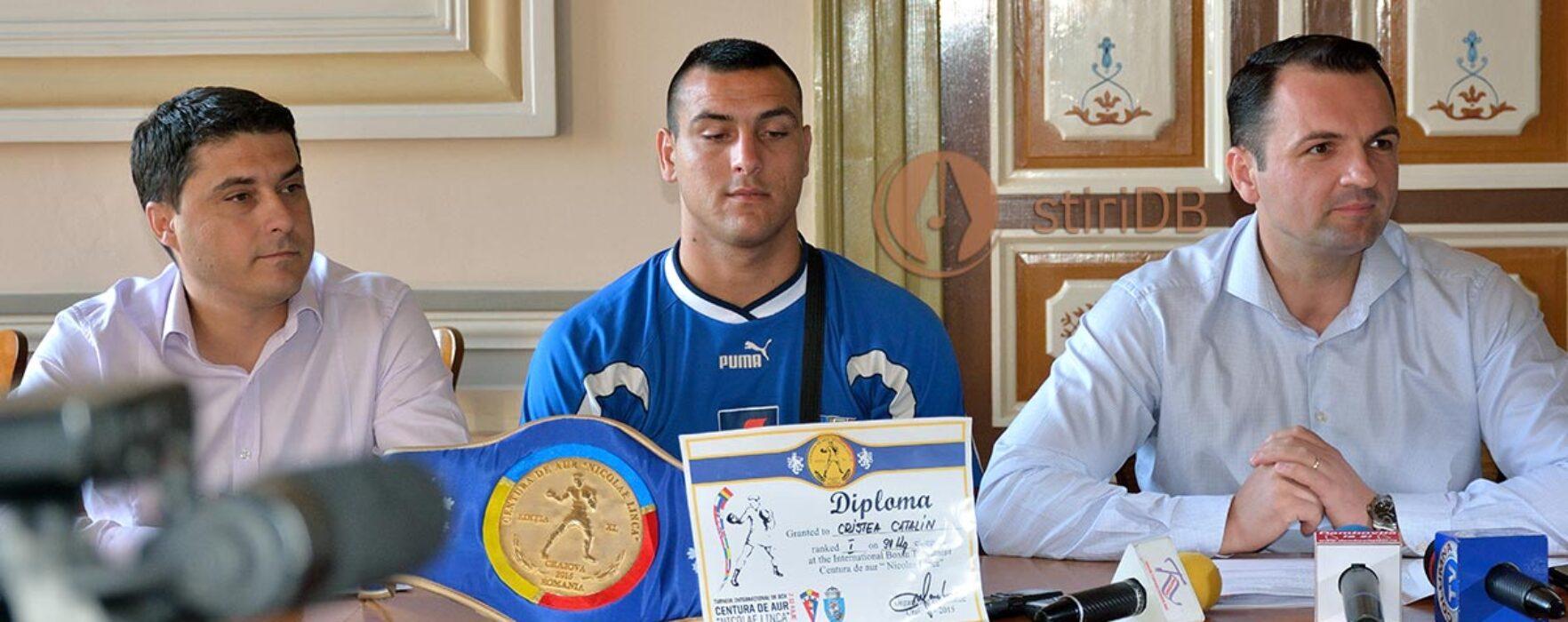 """Cătălin Cristea, câştigător al """"Centurii de aur"""", după ce s-a antrenat într-un vestiar de liceu din Târgovişte"""