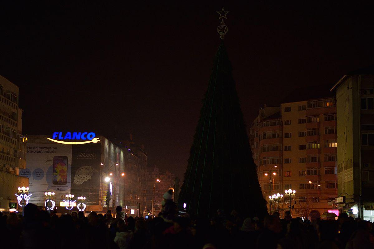 Târgovișteni, pe platoul Prefecturii, așteptând să fie aprinse luminile din brad