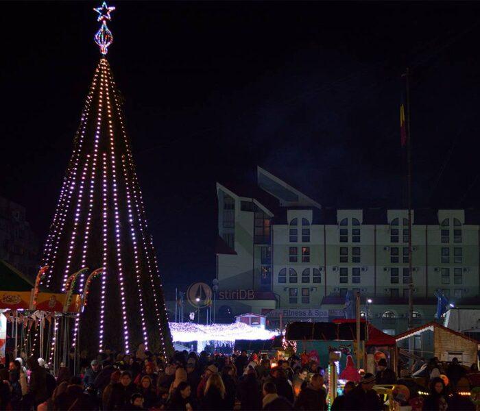 Târgovişte: Au fost aprinse luminile din pomul de Crăciun de pe platoul Prefecturii (foto)
