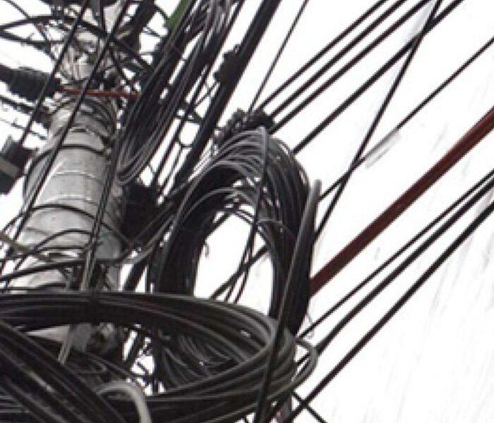 Târgovişte: Cablurile în exces de pe stâlpi vor fi înlăturate