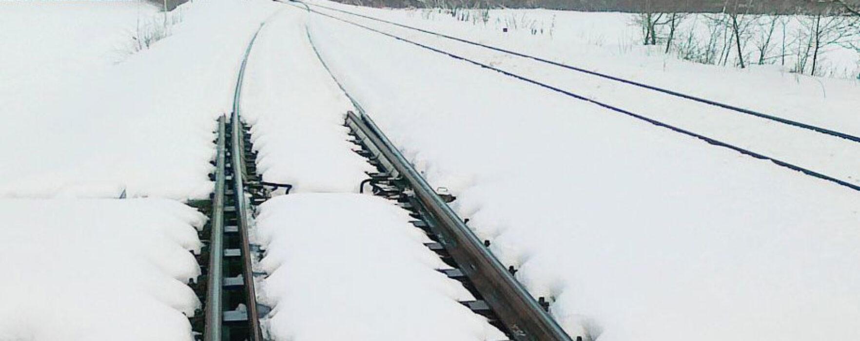 A rămas blocat cu maşina pe şinele de cale ferată, la Ghergani