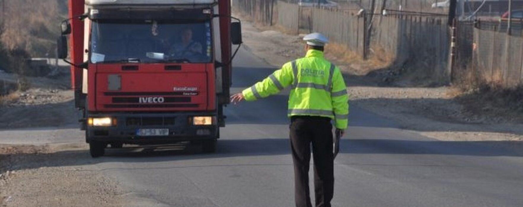 Jumătate dintre şoferii de microbuze şi camioane opriţi de poliţişti au fost amendaţi
