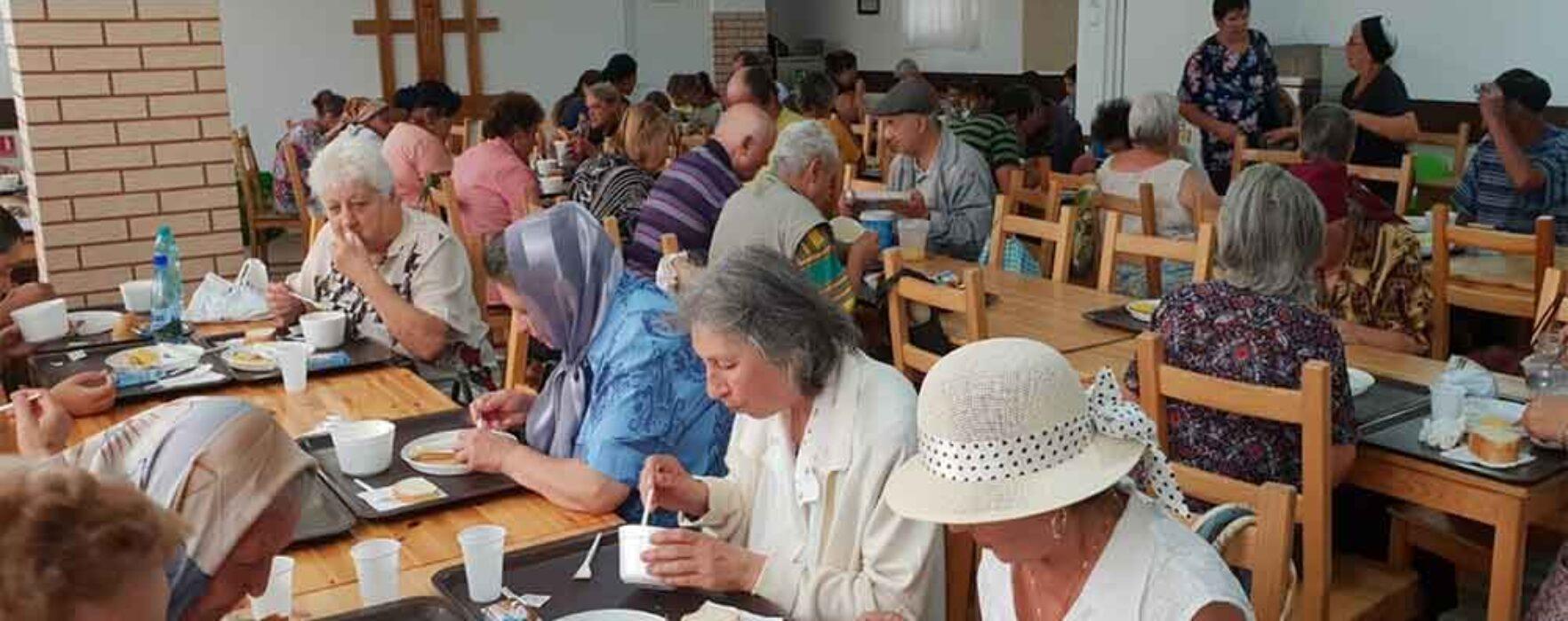 Peste 100 de persoane au asigurată o masă pe zi la cantina socială a Arhiepiscopiei Târgovişte
