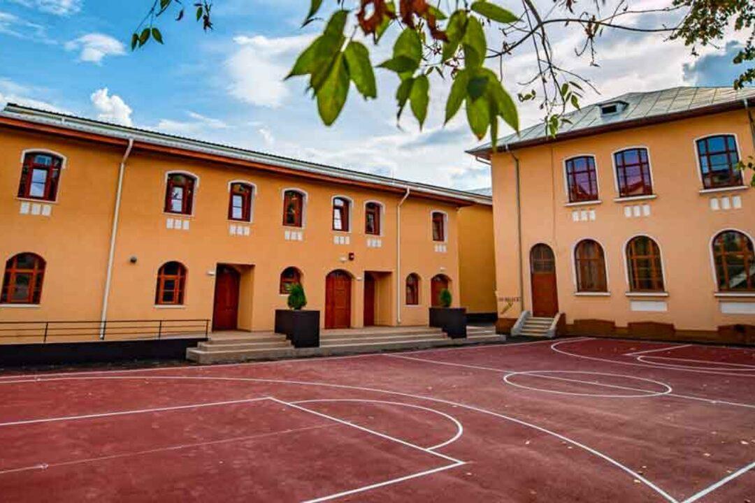 """Târgovişte: Lucrările la baza sportivă a Colegiului Naţional """"Constantin Carabella"""" vor fi gata în octombrie"""