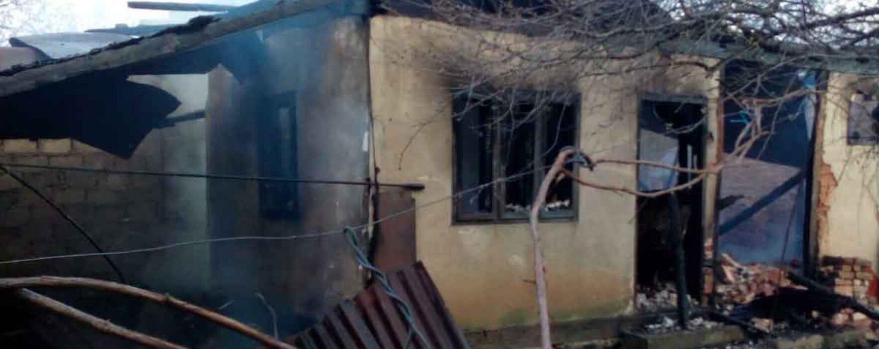 Dâmboviţa: Incendiu de vegetaţie în Răzvad, extins la două case