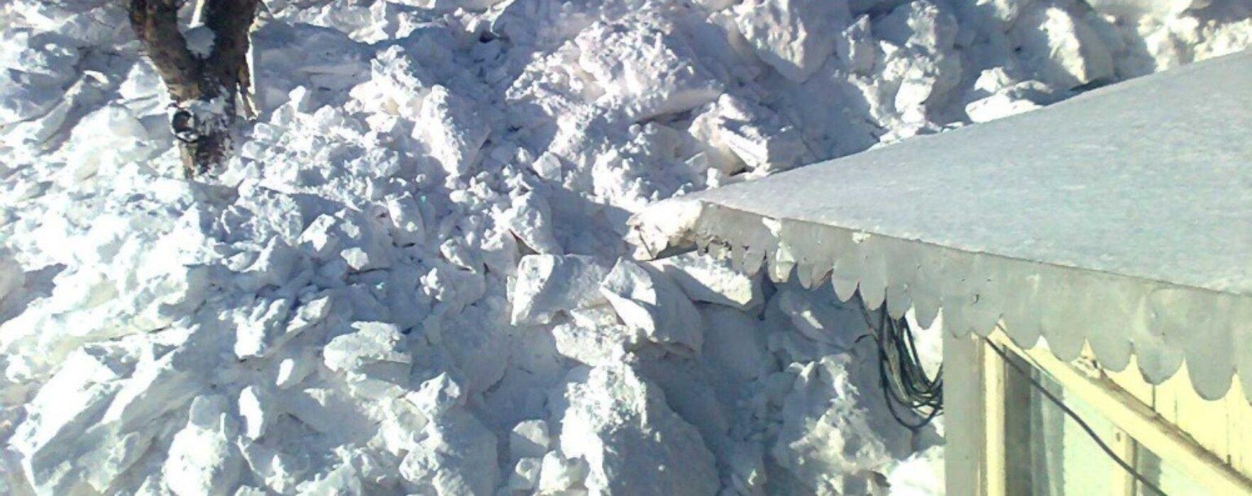 Acoperişul unei case din Pietroşiţa a căzut, cel mai probabil sub greutatea zăpezii