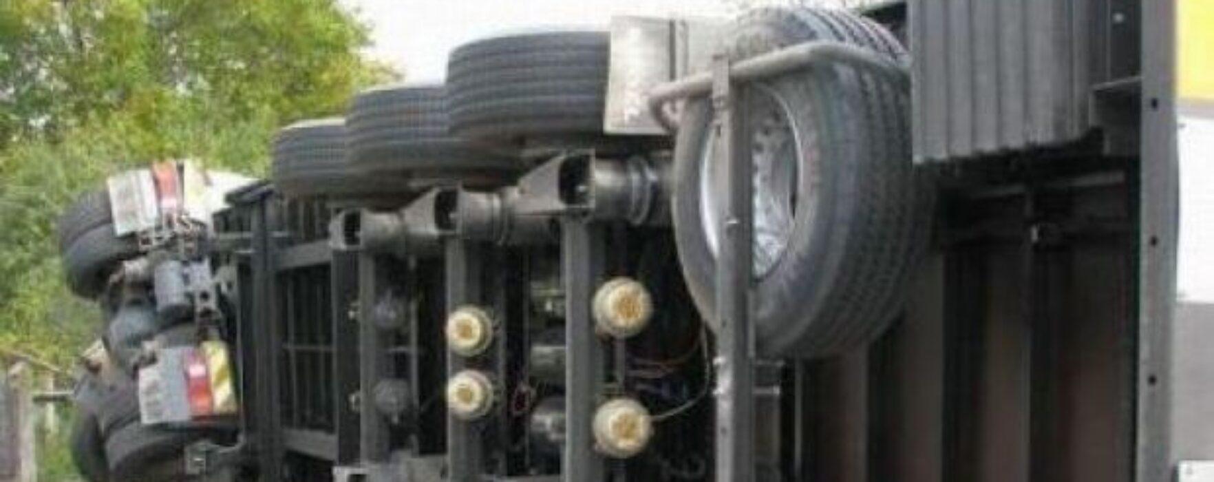 Cisternă cu combustibil, răsturnată pe DN 71 Târgovişte-Bucureşti