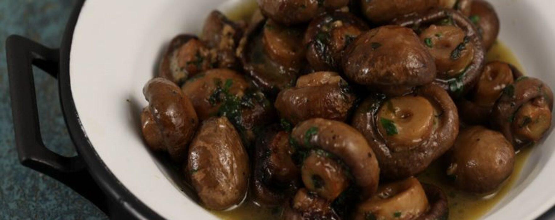 Citeşte cu poftă! – Ciuperci cu usturoi la cuptor