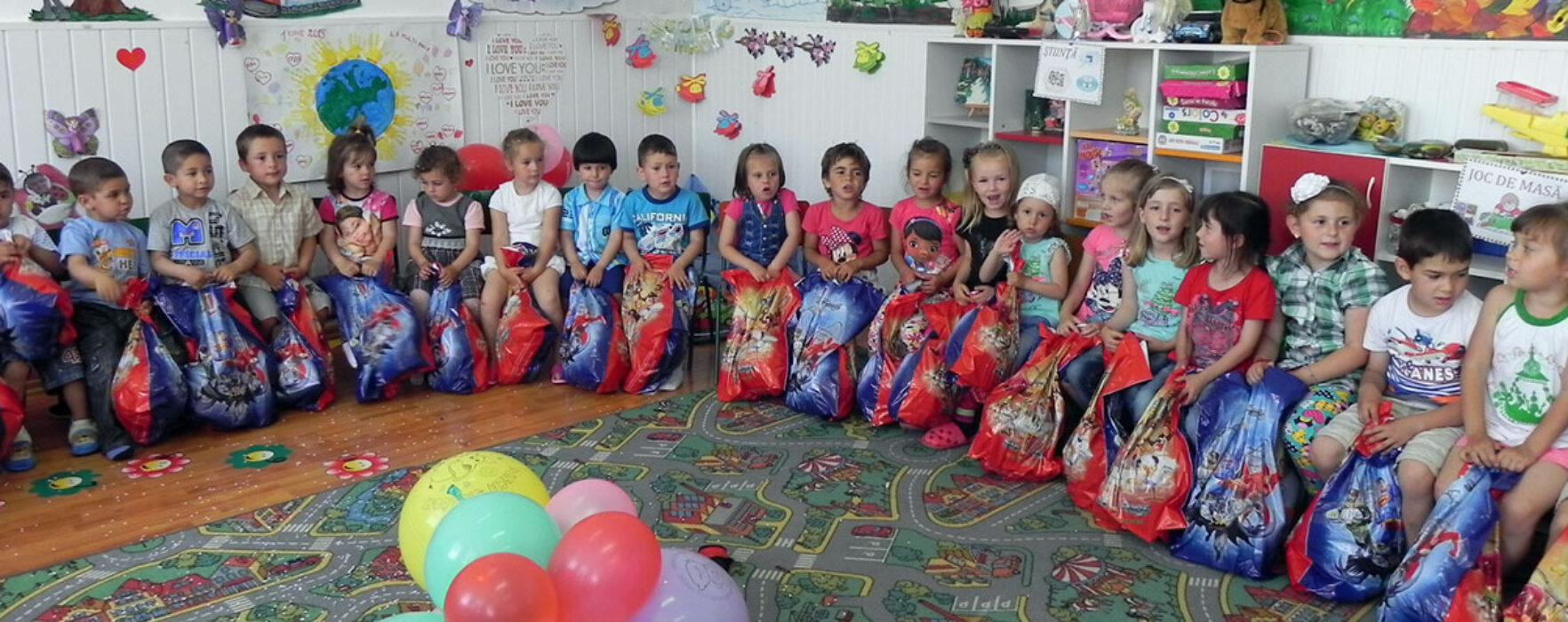 Daruri pentru copii de la Grădiniţa Raciu, oferite de organizaţia de femei PSD Dâmboviţa