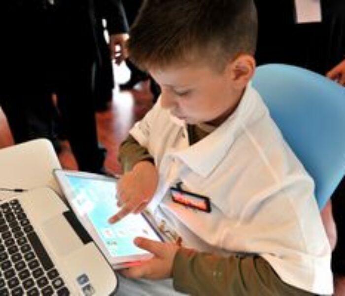 Serviciul de Telecomunicaţii Speciale a ajutat la conectarea la internet a două şcoli din Dâmboviţa
