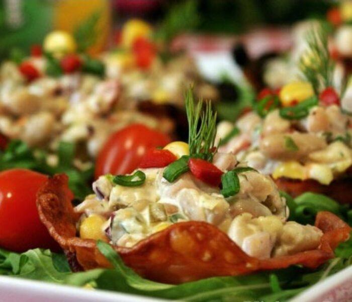 Citeşte cu poftă! – Coșulețe aperitiv din bacon cu salată de fasole albă și maioneză