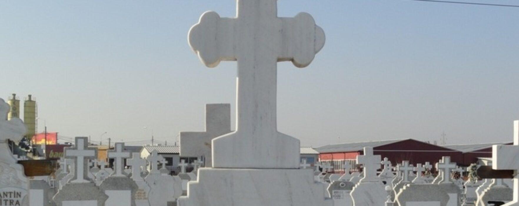 Zeci de cruci de marmură din cimitirul din Iedera, vandalizate